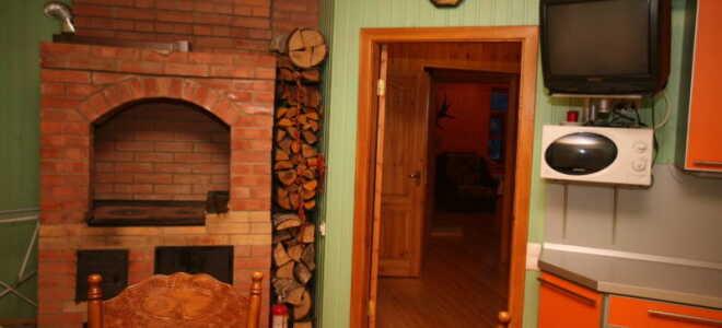 Интерьер кухни в деревенском доме с печкой